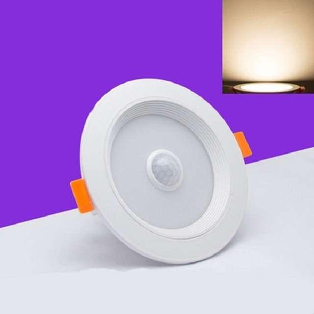 Đèn có vẻ ngoài chắc chắn nhờ được cấu tạo từ chất liệu nhôm cao cấp